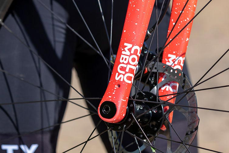 Close-up of Columbus Futura Carbon Cross fork paint and thru-axle